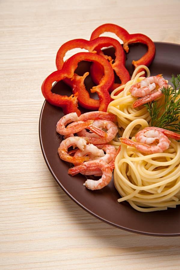 Espaguetis sabrosos con las gambas fotos de archivo libres de regalías
