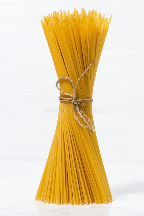 Espaguetis secos de las pastas en el fondo blanco, primer imágenes de archivo libres de regalías