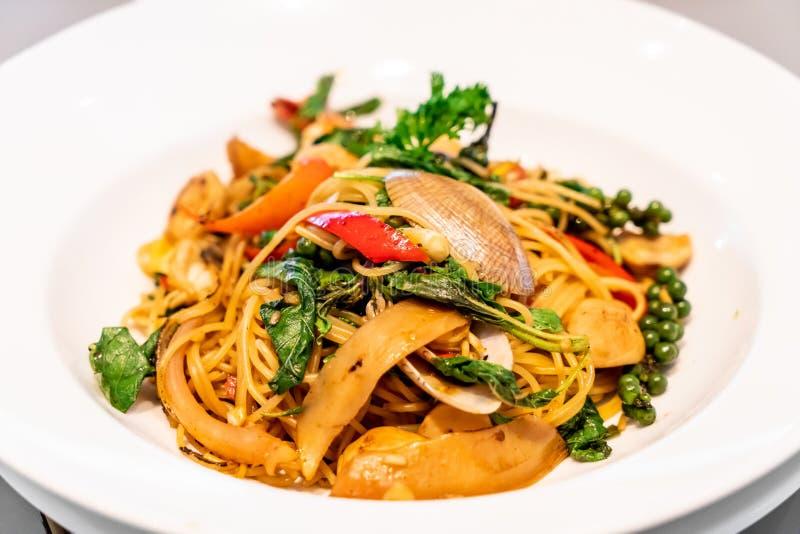 Espaguetis sofritos con las almejas y la albahaca fotos de archivo libres de regalías