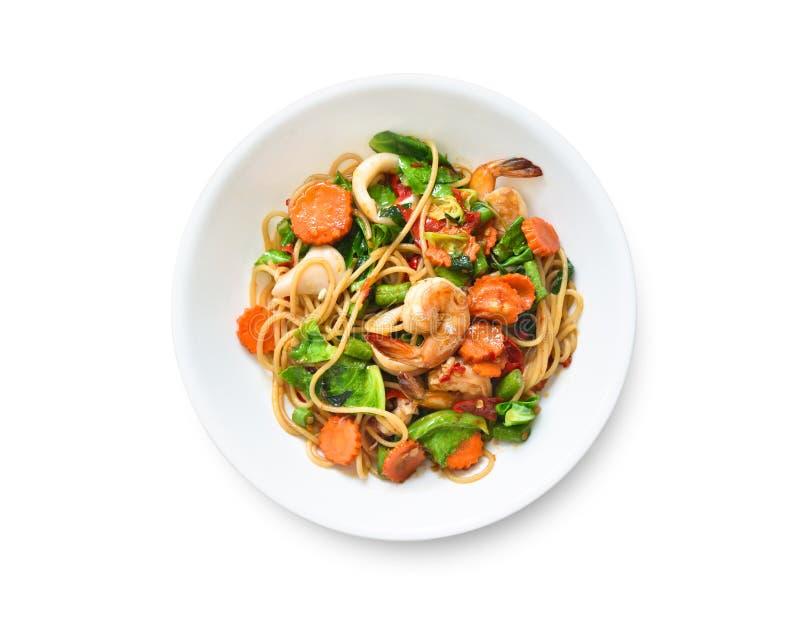 Espaguetis sofritos picantes planos de la opinión superior de la endecha con la gamba foto de archivo