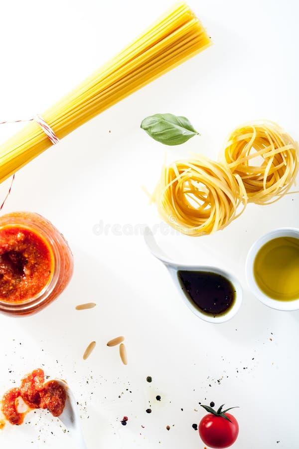 Espaguetis y fettucini con los ingredientes frescos foto de archivo