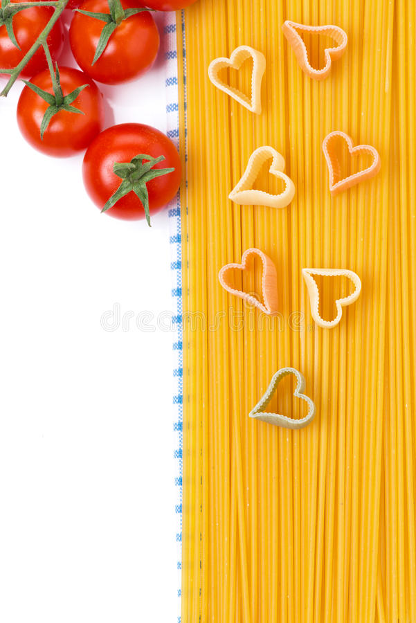 Espaguetis y pastas bajo la forma de corazón, visión superior, aislada imagen de archivo