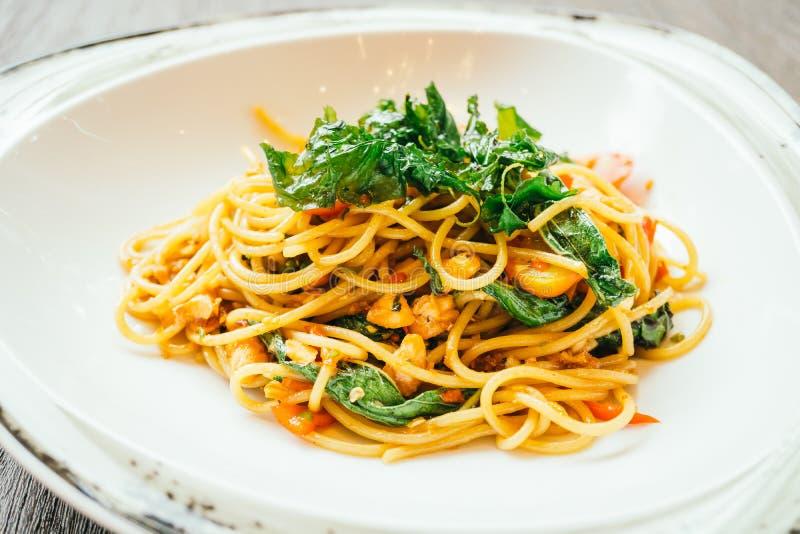Espaguetis y pastas picantes con los salmones fotos de archivo