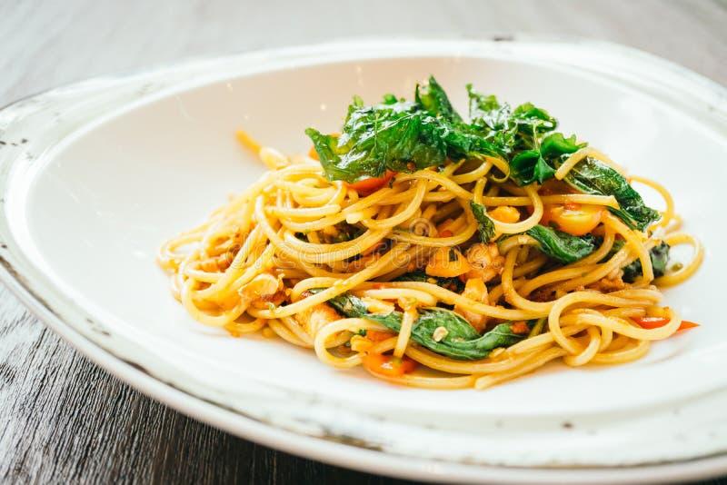 Espaguetis y pastas picantes con los salmones foto de archivo