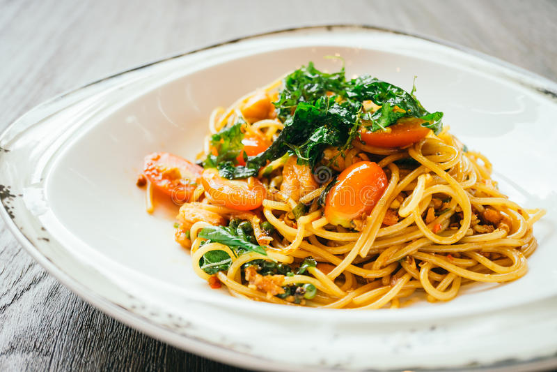 Espaguetis y pastas picantes con los salmones imagenes de archivo