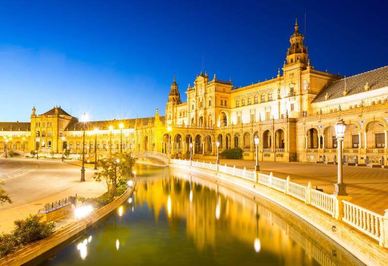 Espana Plaza i Sevilla Spain på skymning royaltyfri bild
