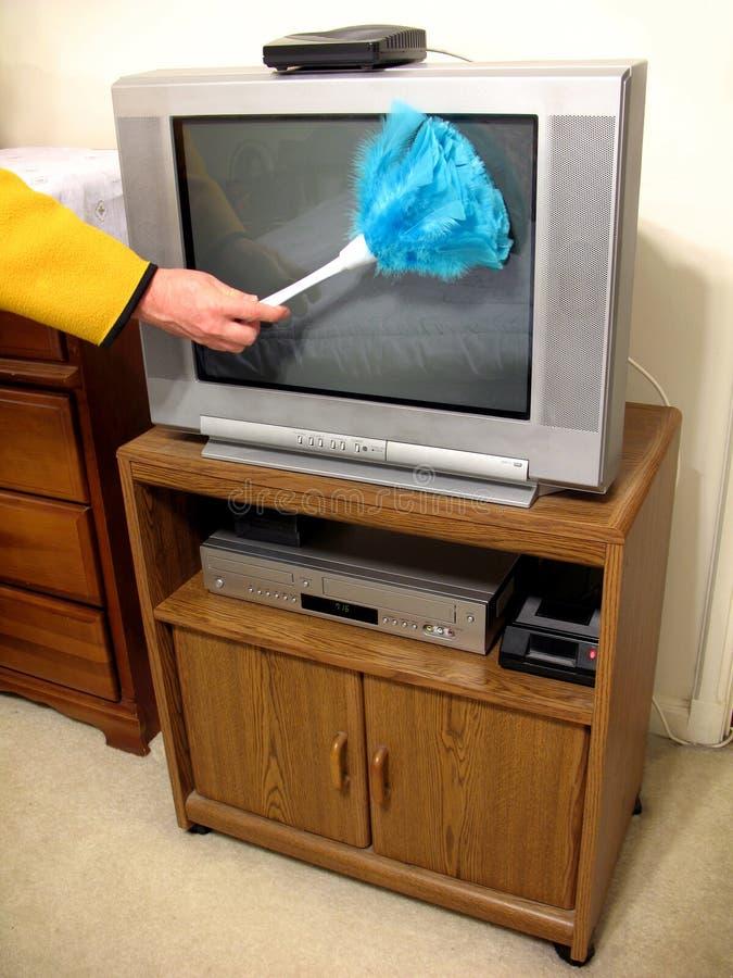Espanando o gabinete de TV/VCR foto de stock royalty free