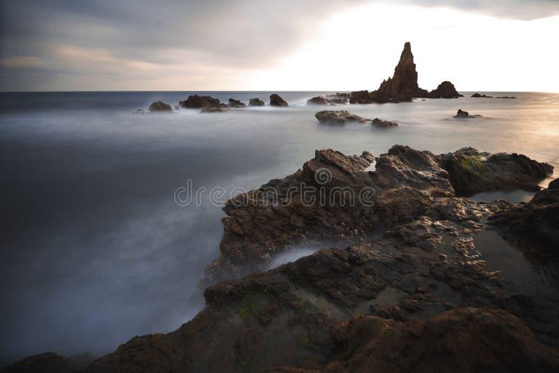 Espanha, AlmerÃa, Cabo de Gata, recife Arrecife de las sirenas das sirenes - exposição longa no por do sol, no mar e no efeito foto de stock royalty free