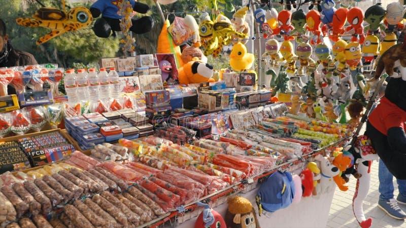 ESPANHA, BARCELONA - em abril de 2018: Mostra-janela com doces e azeite no mercado de Boqueria estoque Loja com doces foto de stock