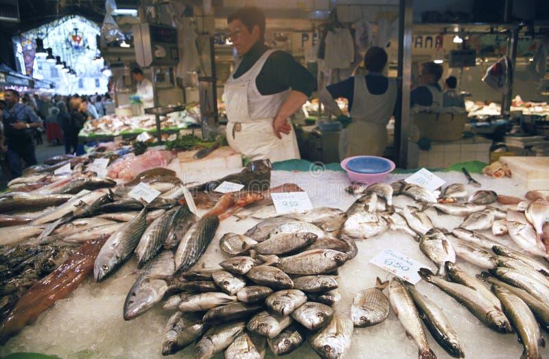 Espanha de Barcelona do mercado de Boqueria da tenda dos peixes foto de stock