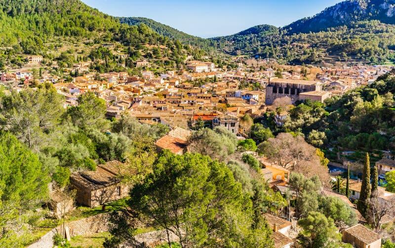 Espanha de Majorca, vista da cidade de Esporles na paisagem rural bonita da montanha imagens de stock royalty free