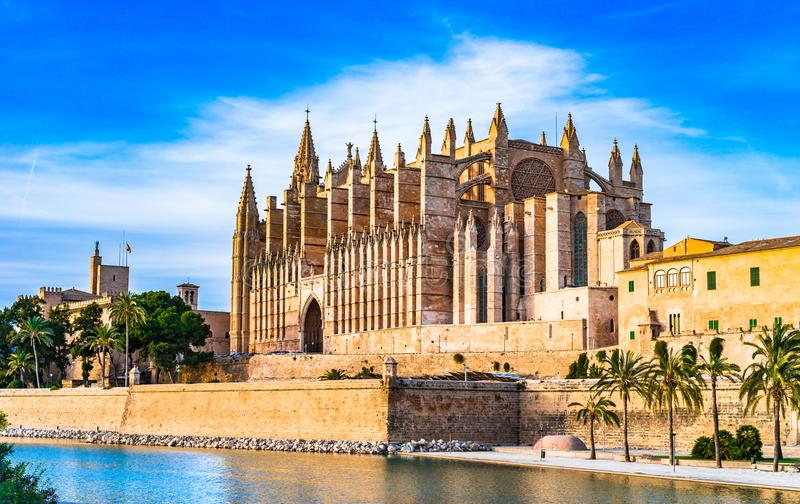 Espanha, La Seu da catedral e Parc Del Mar no centro da cidade histórico de Palma de Majorca fotos de stock royalty free