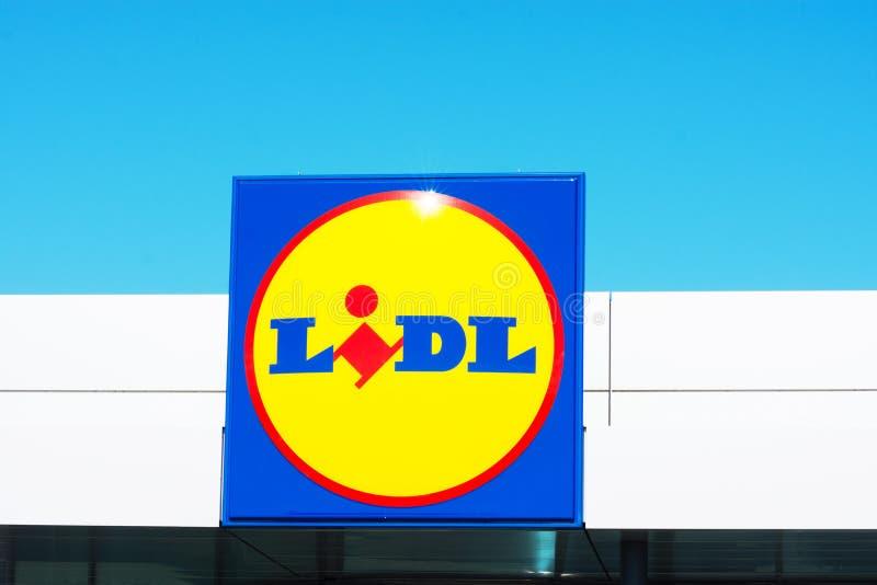 ESPANHA Torrevieja, ALICANTE - 2 DE JUNHO DE 2019: Fim sem redução grande acima do logotipo do tipo do supermercado europeu LIDL  foto de stock royalty free