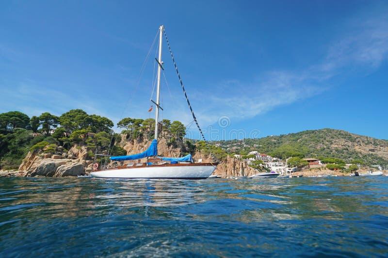 Espanha um veleiro perto do litoral rochoso Costa Brava imagens de stock