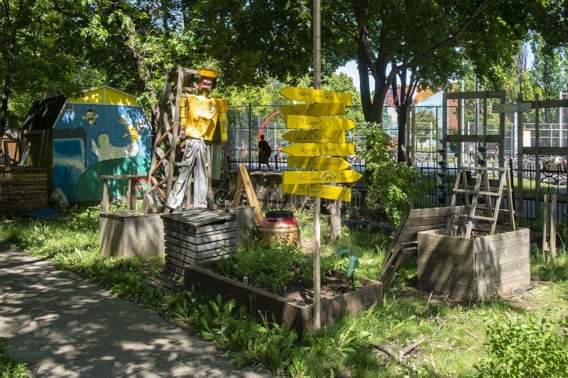 Espantalho em um jardim vegetal público fotos de stock royalty free