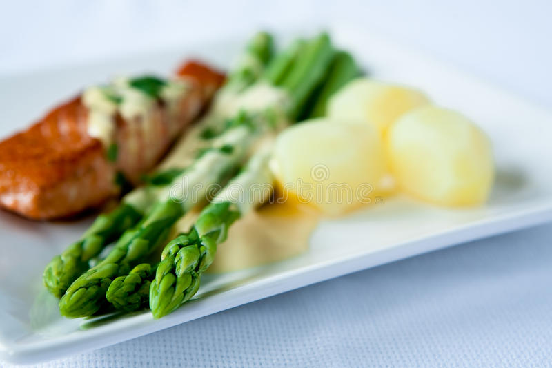 Download Espargos imagem de stock. Imagem de jantar, placa, verde - 16874331