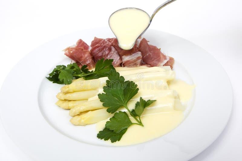 Espargos brancos com molho do presunto e do hollandaise imagens de stock royalty free