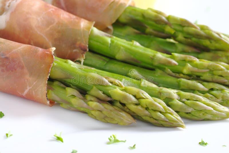 Espargos verdes com presunto imagem de stock