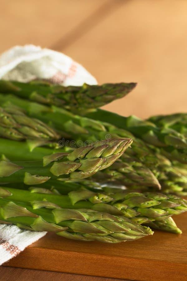 Espargos verdes crus fotos de stock
