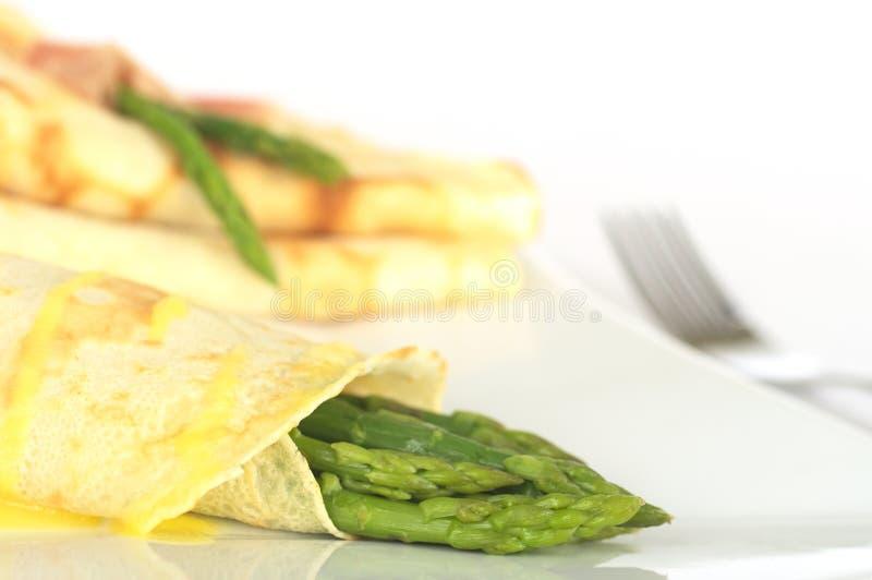 Espargos verdes na panqueca fotografia de stock royalty free