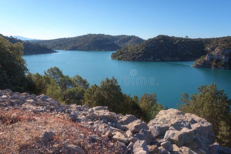 Esparron jeziora, piękny dnia krajobraz, Provence, Verdon wąwóz park narodowy, alpes de haute-provence, Francja zdjęcia royalty free