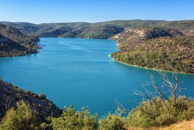 Esparron See, schöne Tageslandschaft, Nationalpark Provence, Verdon-Schlucht, Alpes-de-Haute-Provence, Frankreich lizenzfreies stockbild