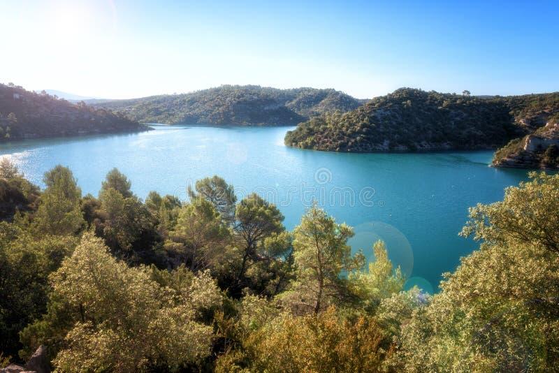 Esparron See, schöne Tageslandschaft, Nationalpark Provence, Verdon-Schlucht, Alpes-de-Haute-Provence, Frankreich lizenzfreie stockbilder