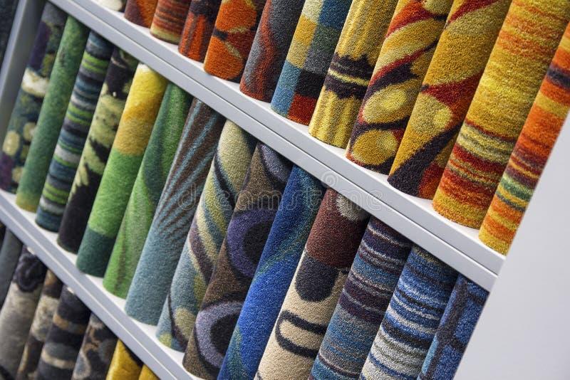 Especímenes de alfombras de diversos colores fotografía de archivo libre de regalías