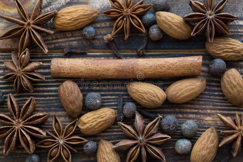 Especia de la Navidad: los palillos de canela, anís protagonizan, pimienta inglesa con el alm fotografía de archivo libre de regalías