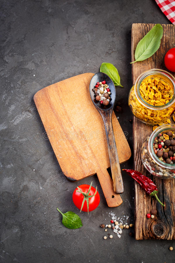Especia, ingredientes para cocinar y tabla de cortar imagen de archivo libre de regalías