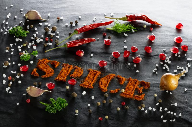 especia Paprika de tierra, pimienta de chile, ajo, perejil, eneldo, cierre clasificado de las pimientas, de la granada, de la ceb fotos de archivo
