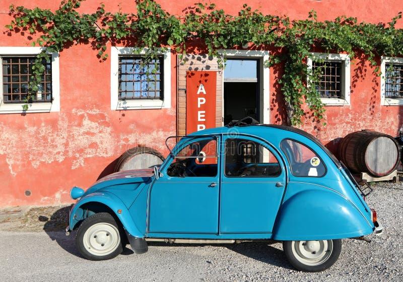 Especial azul clássico de Citroen 2Cv estacionado fora de uma casa da quinta após a exposição do carro do vintage no verão fotografia de stock royalty free