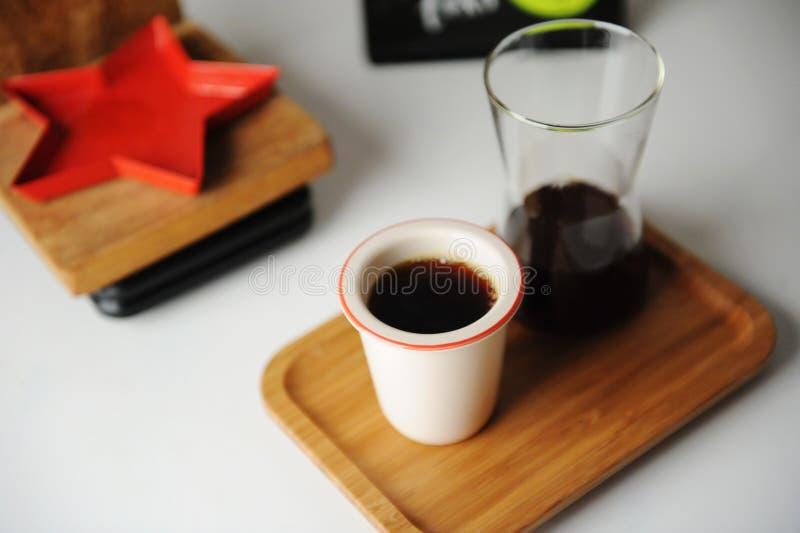 Especialidad en café negro alternativo servido con estilo Bandeja de bambú, jarra Tubo cerámico sin asa Café estético fotografía de archivo libre de regalías