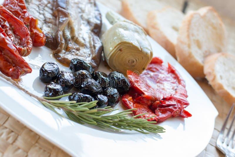 Especialidad italiana: Antipasti para la cena, aperitivo Toscana, Italia imagenes de archivo