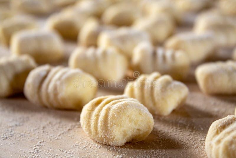 Especialidade italiana do alimento: gnocchi feito ? m?o da batata em uma placa de madeira, pronta para ser cozinhado A casa fez e imagens de stock royalty free