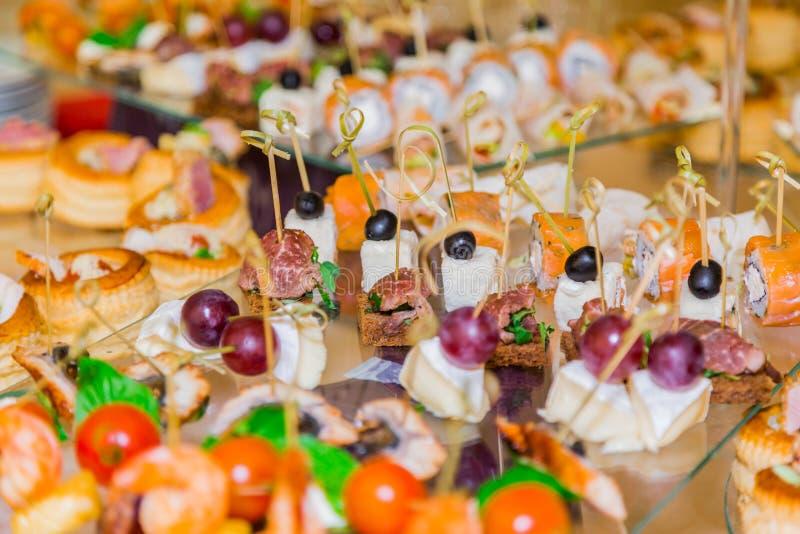 Especialidades dos petiscos, dos peixes e da carne no bufete Uma recepção da gala Tabelas seridas catering imagem de stock