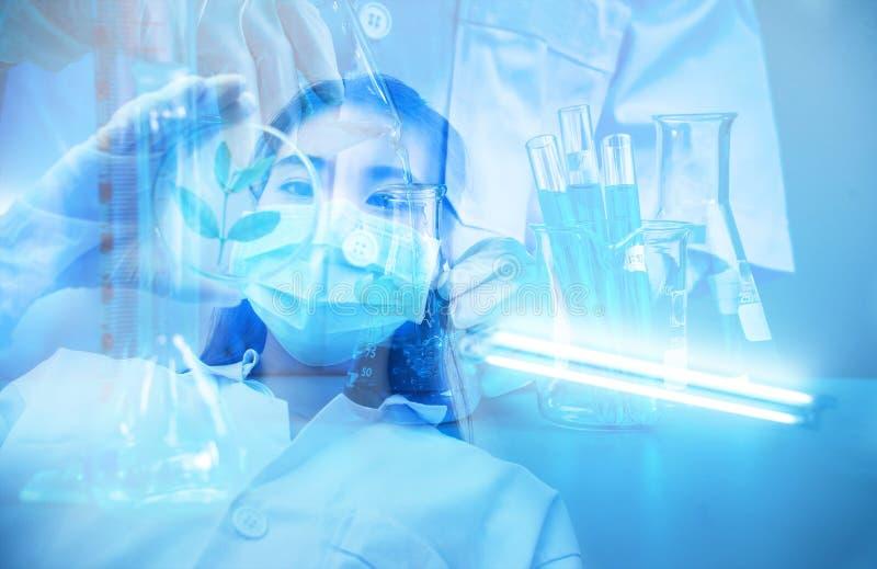 Especialista distinguido profesional de la ciencia en el trabajo Científico asiático joven con el tubo de ensayo que hace la inve fotos de archivo libres de regalías