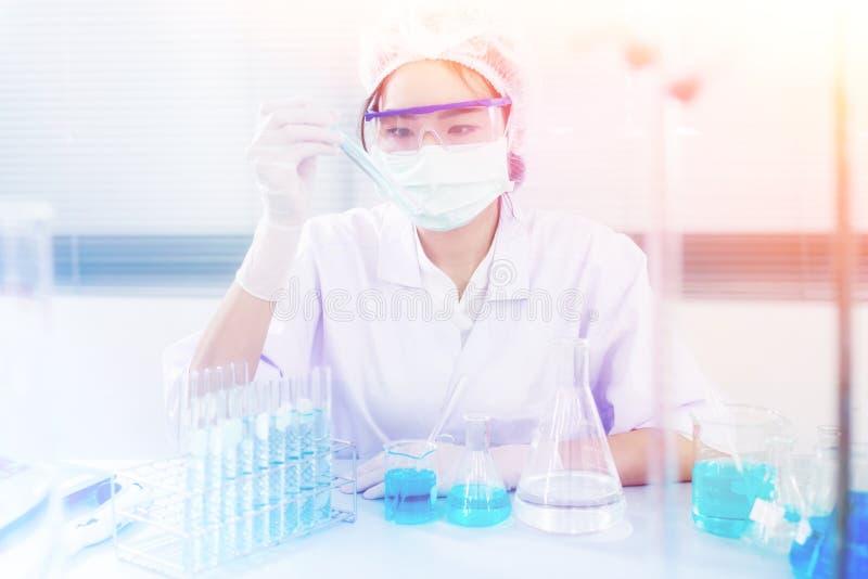 Especialista distinguido profesional de la ciencia en el trabajo Tecnologías innovadoras en ciencia y medicina imagenes de archivo