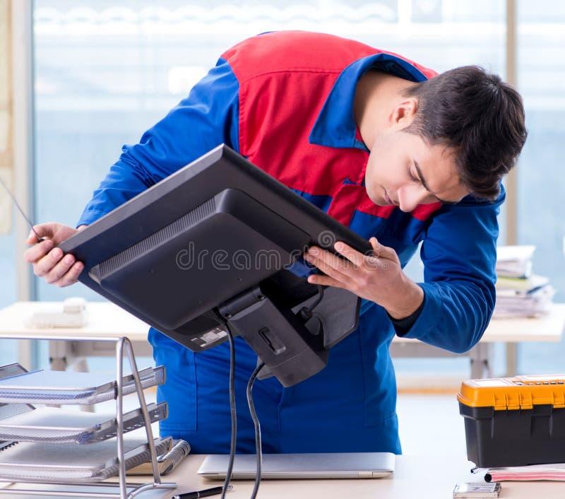 Especialista do reparador do computador que repara o desktop do computador foto de stock royalty free