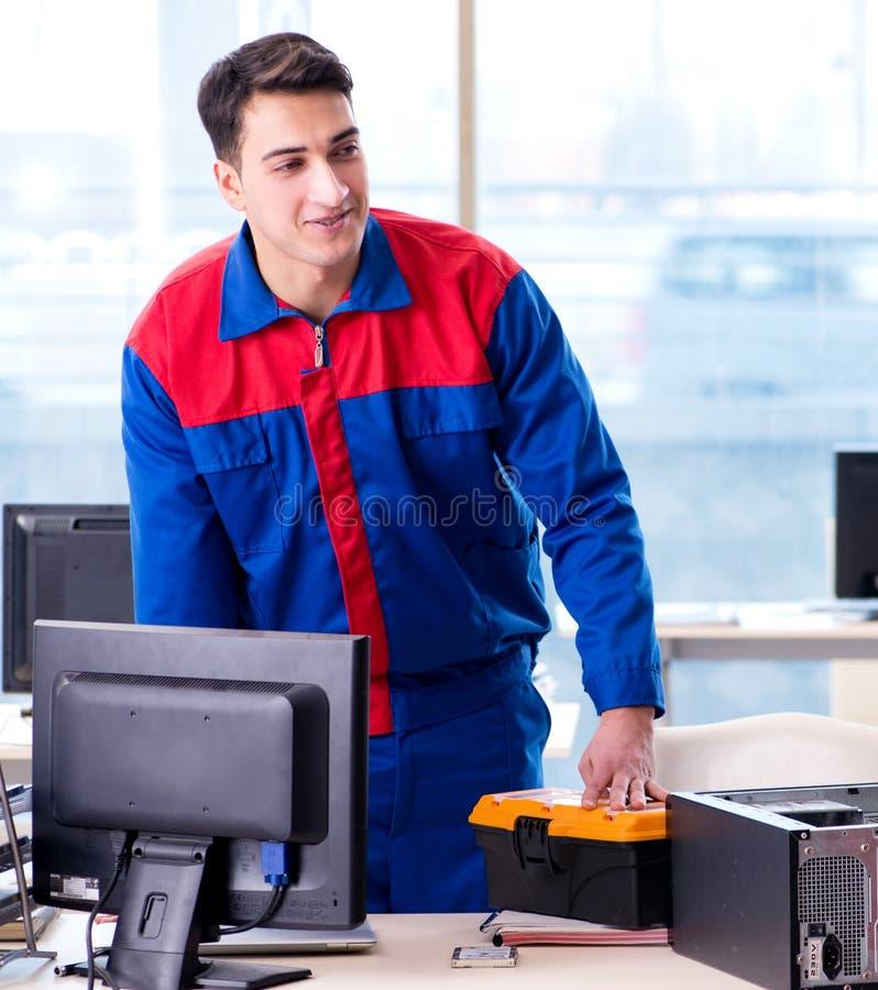 Especialista do reparador do computador que repara o desktop do computador foto de stock