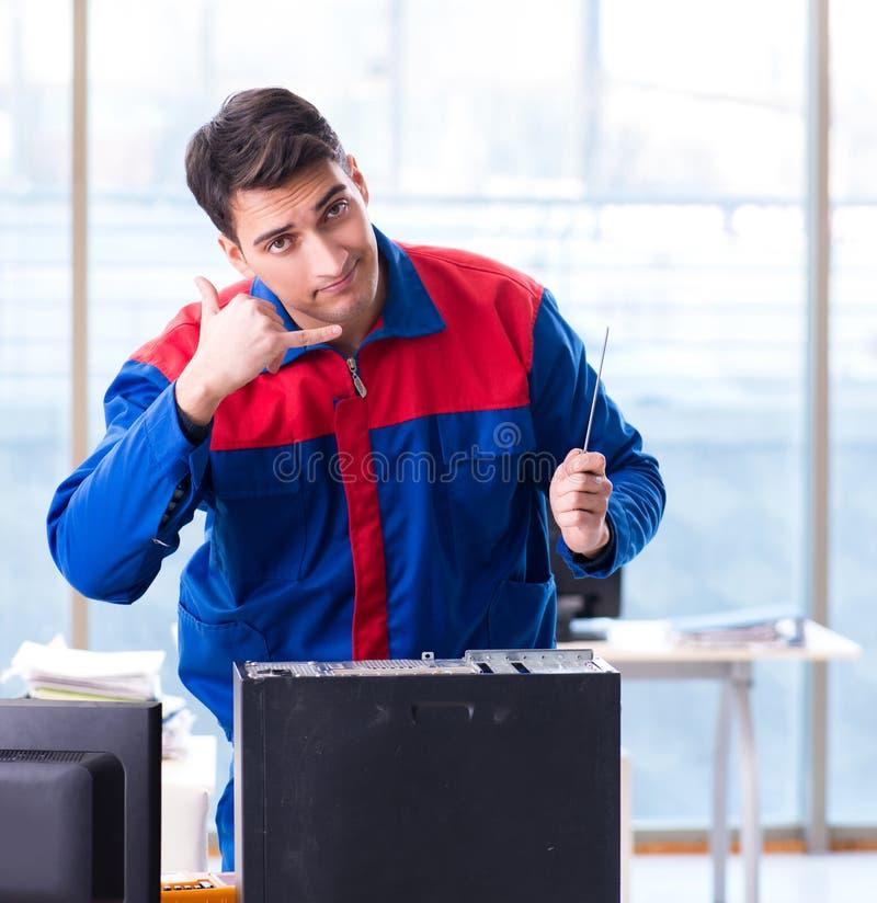 Especialista do reparador do computador que repara o desktop do computador imagens de stock