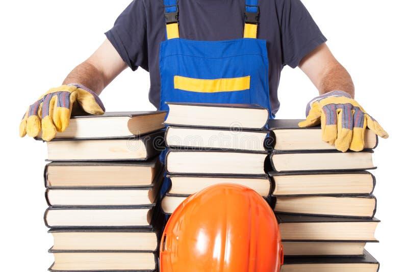 Especialista With Many Books do trabalhador fotografia de stock royalty free