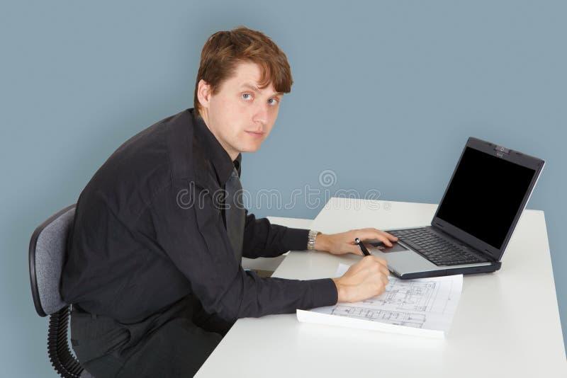 Especialista novo que trabalha no projeto no escritório imagem de stock royalty free