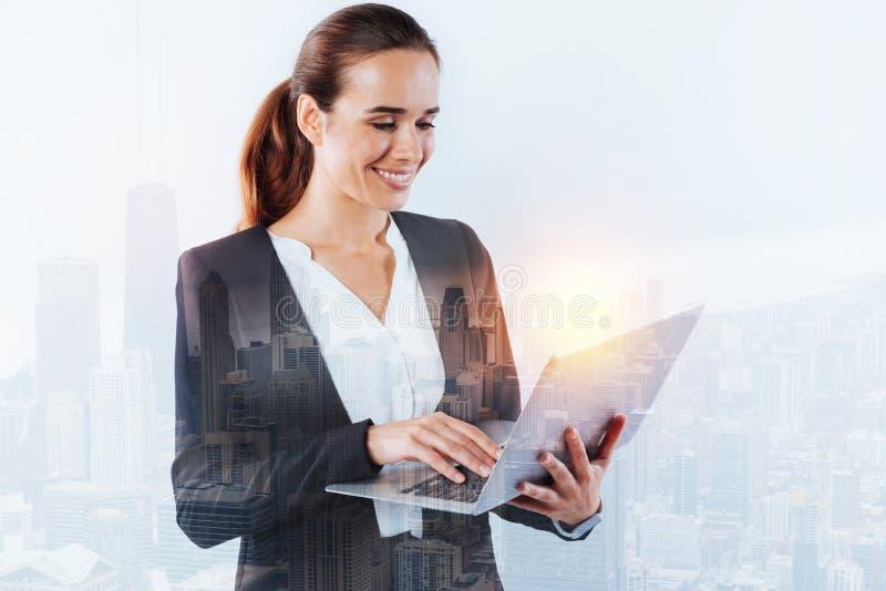 Especialista novo responsável que usa um portátil no trabalho imagens de stock royalty free