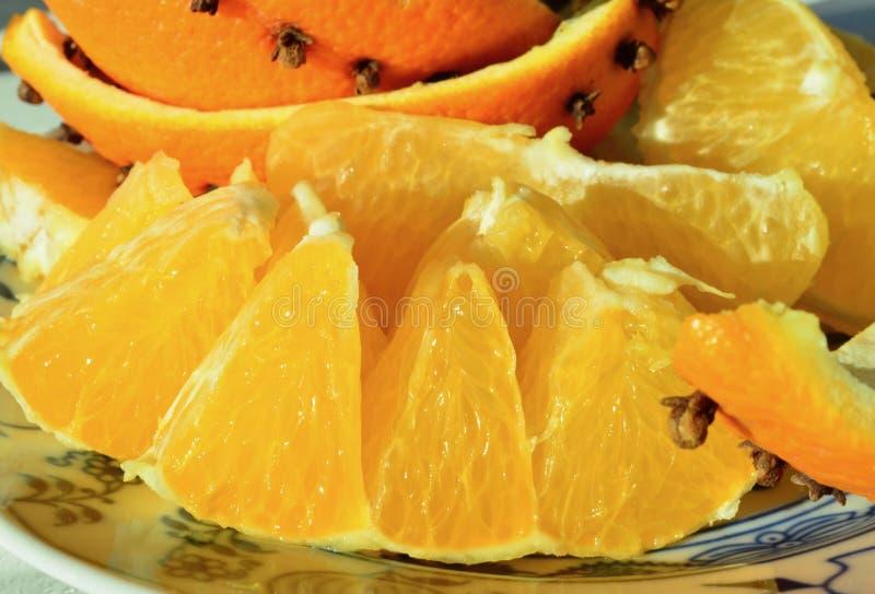 A especiaria do cravo-da-índia da placa do fruto do Natal decorou o fundo altivo da tradição do Natal do fruto do amarelo alaranj fotografia de stock