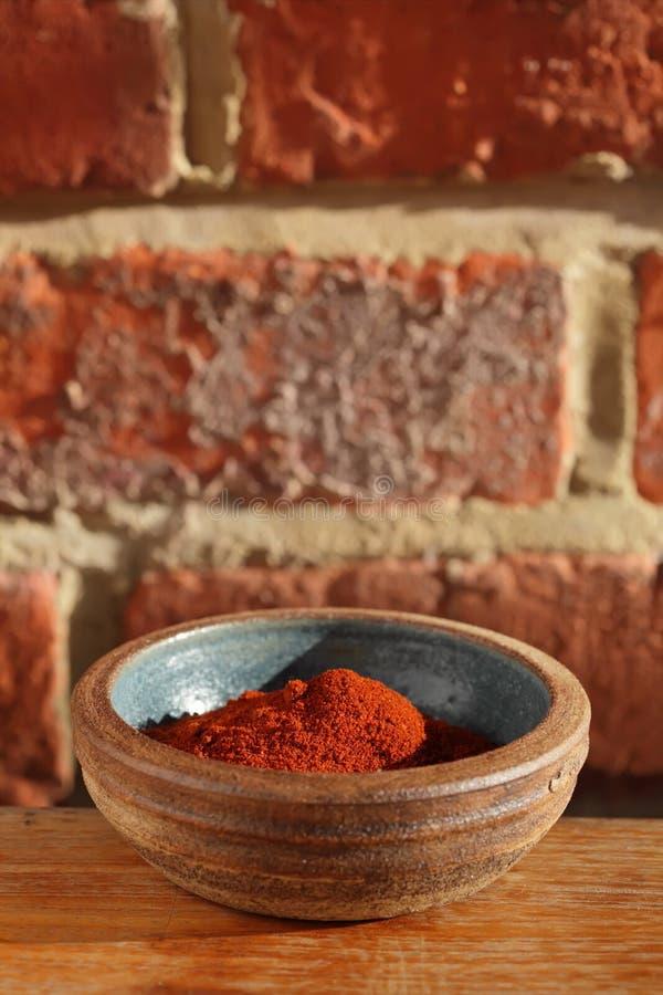 Especiaria vermelha do pó da paprika dos pimentões na bacia imagem de stock royalty free