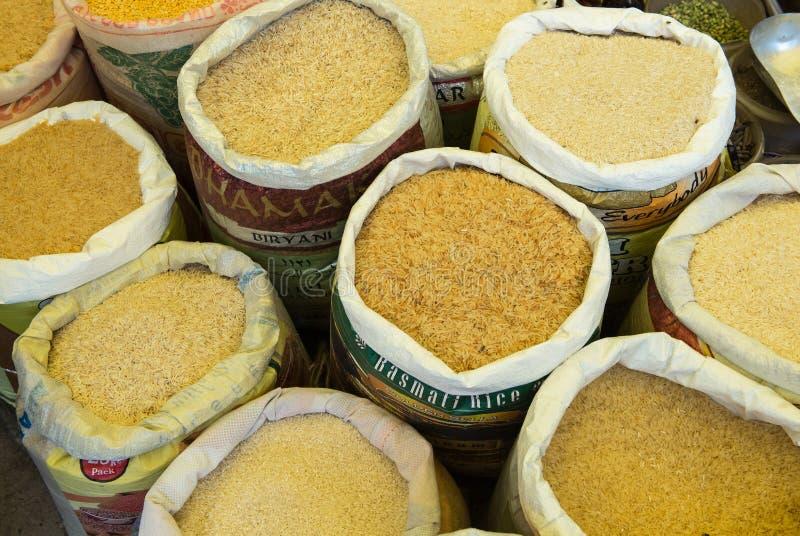 Especiarias amarelas em um mercado do alimento foto de stock