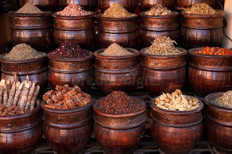 Especiarias de C4marraquexe em uns potenciômetros, souk de Medina fotografia de stock royalty free