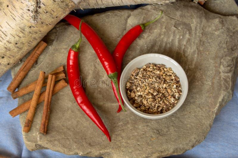 Especiarias de cozinha em cima de uma mesa de pedra foto de stock