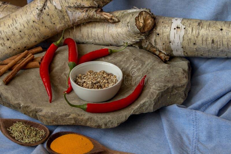 Especiarias de cozinha em cima de uma mesa de pedra fotografia de stock royalty free